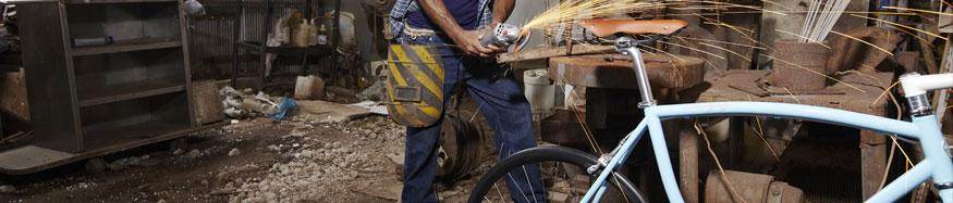 Artigiano lavora a una bicicletta