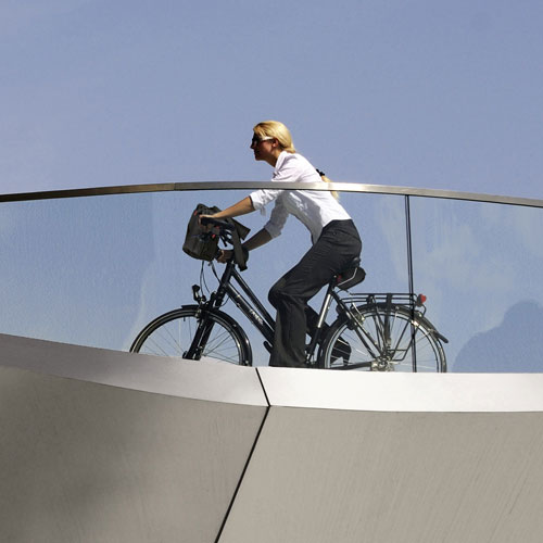 Donna in bicicletta con Pad Bag Rixen Kaul
