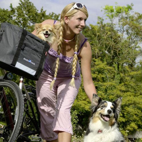 Donna bionda con cane